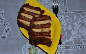 İki Renkli Pudingli Bisküvili Pasta Tarifi