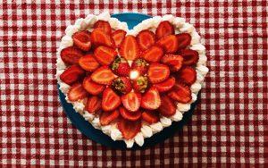 Çilekli Kalpli Pasta Tarifi