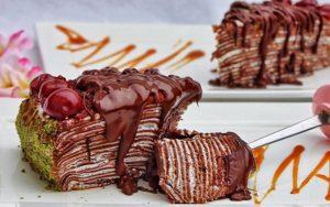 Krepli Çikolata Soslu Yaş Pasta Tarifi