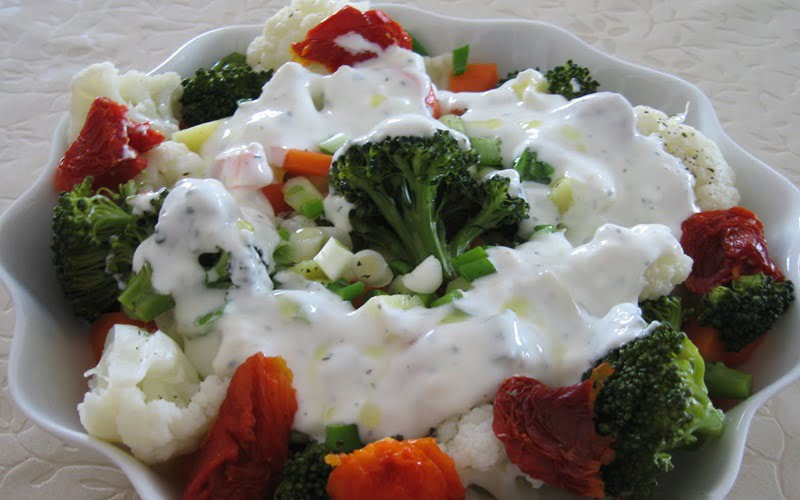 Yoğurtlu Brokoli Karnabahar Salatası Tarifi